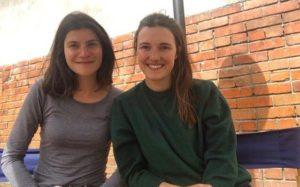 Victoria et Alix, bénévoles